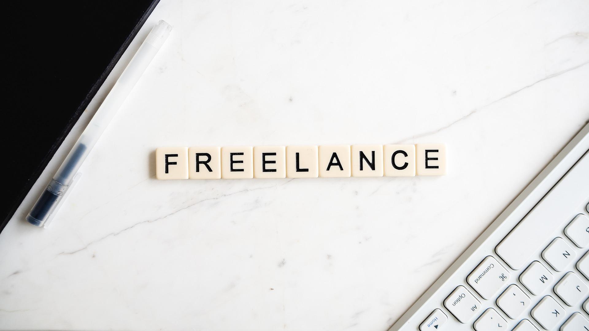 Photo présentant le mot freelance avec un clavider